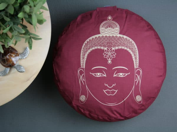 Weinrotes Yogakissen mit Buddhakopf