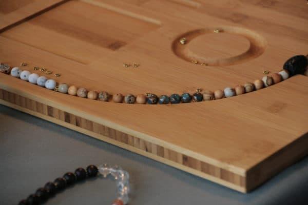 Perlenbrett zum vorlegen von Ketten aus Bambusholz