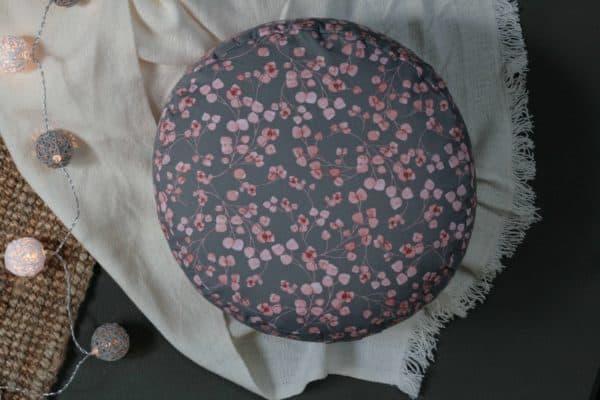 Hellgraues Yogakissen zartes rosafarbenes Muster