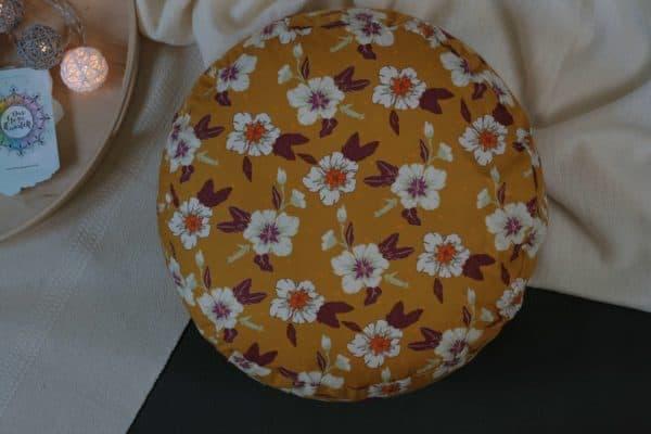 Yogakissen mit hübschen weißen Blüten