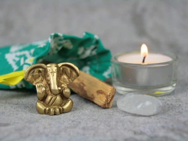 Elefantengott Ganesha, Palo Santo, Bergkristall und Teelicht